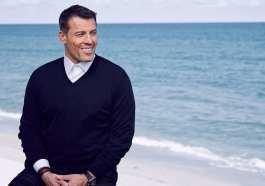 foto do famoso tony robbins na praia