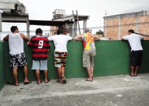 residents watch rocinhas invasion