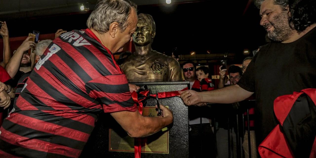 Busto de Leandro é inaugurado na Gávea