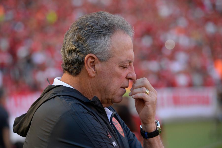Sem multa rescisória, Abel sofre pressão e balança no Flamengo