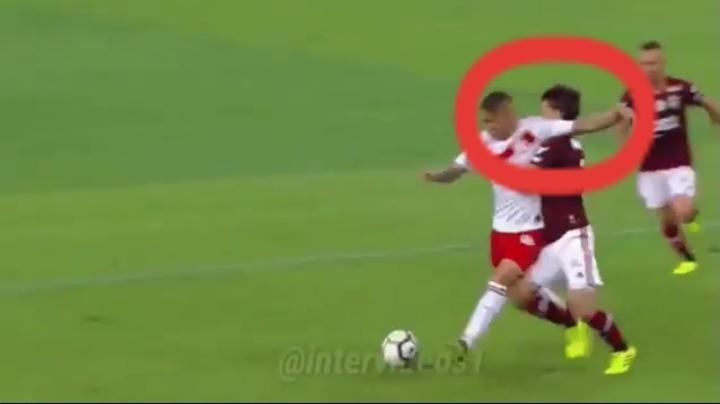 Imagem mostra cotovelada de Guerrero, em lance reclamado pelo Inter