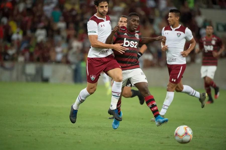 Torcida do Fluminense canta 'time assassino' no Fla-Flu