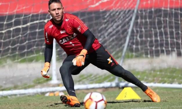 Diego Alves testa negativo para Covid-19 e volta a treinar no Flamengo