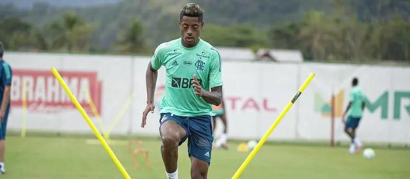 Bruno Henrique pinta cabelo de loiro e empolga torcedores do Flamengo