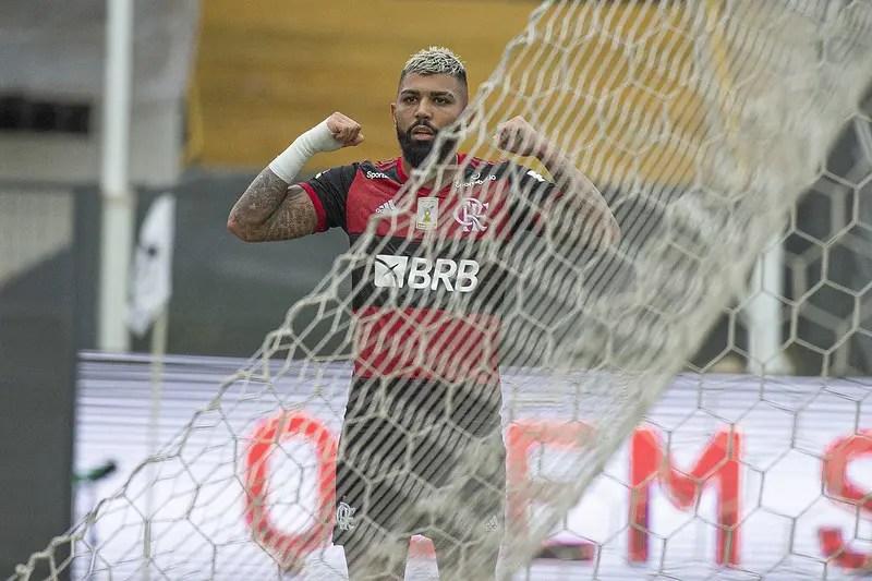 Gabigol decide e Flamengo vence o Santos na Vila Belmiro