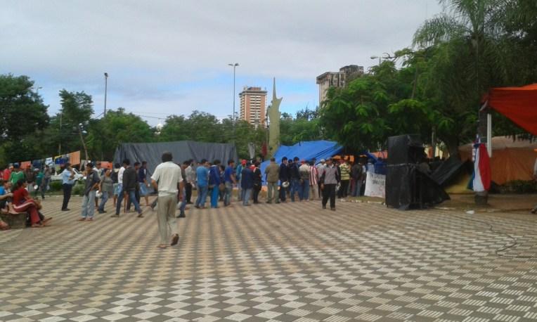 Manifestação pacífica do Partido Comunista na Plaza de Armas - Assunção.