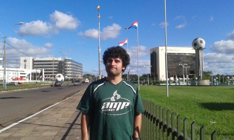 Em frente ao prédio da Conmebol