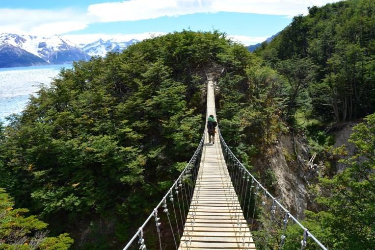 Cruzando uma ponte no Parque Nacional Torres del Paine
