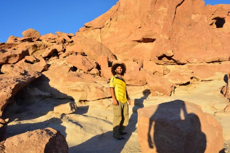 Muitas e muitas pedras para procurar os desenhos rupestres.