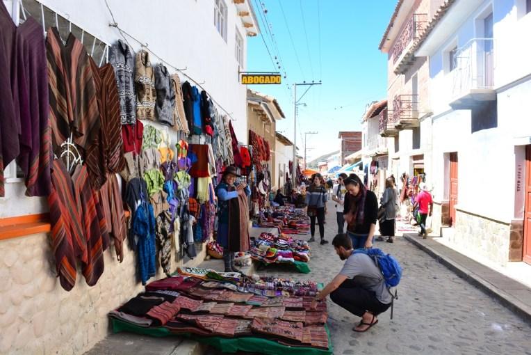 Turistas e locais se misturam na Feira de Tarabuco