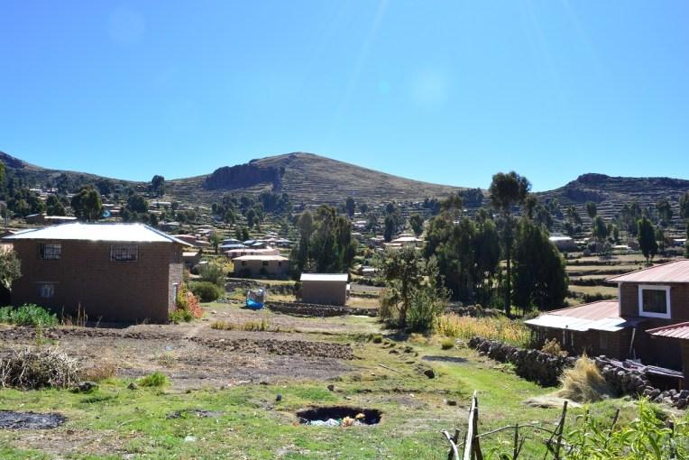 Casas dispostas na ilha de Amantani