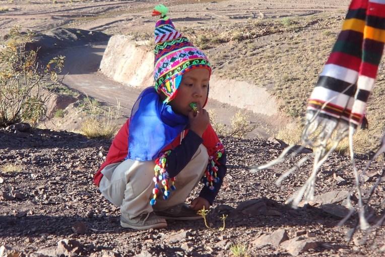 Menininho argentino apreciando o festival do Tinku