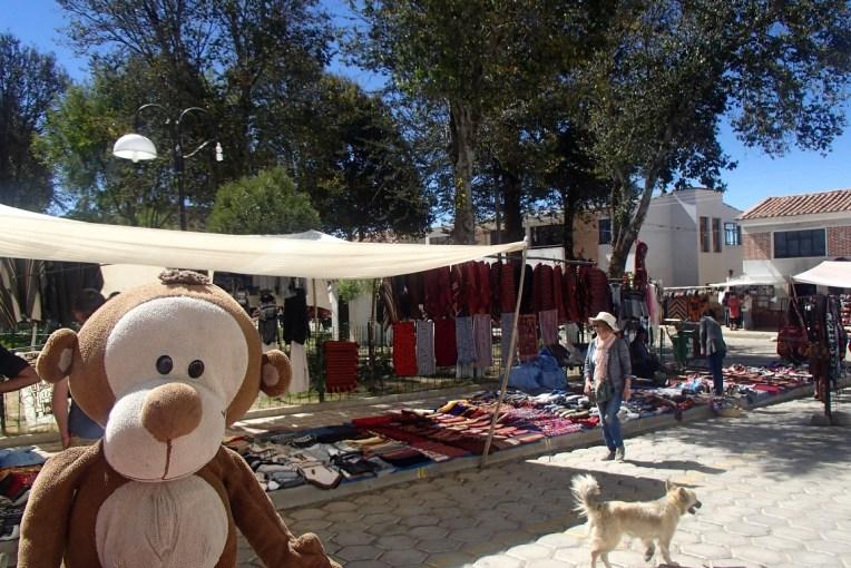 Artesanatos sendo vendidos na praça de Tarabuco