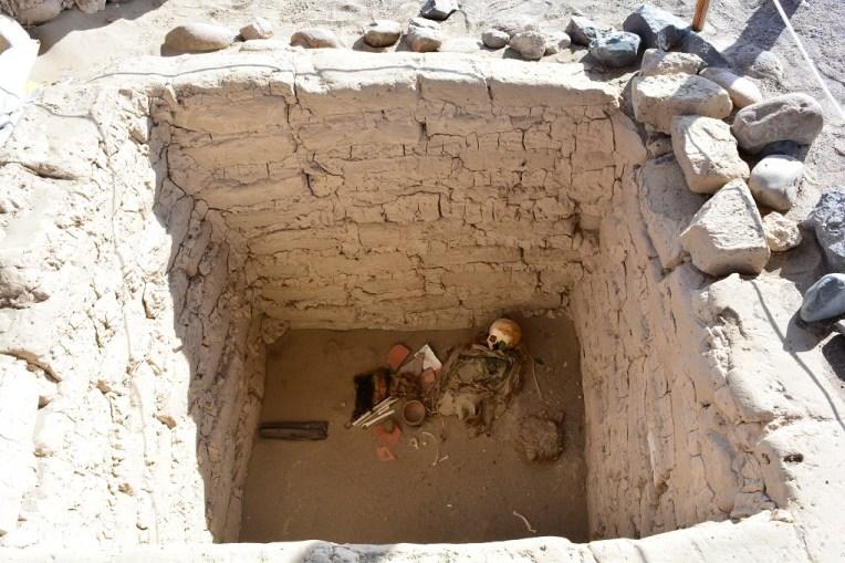 Múmia destroçada com alguns pertences no cemitério de Chauchilla, Nasca, Peru