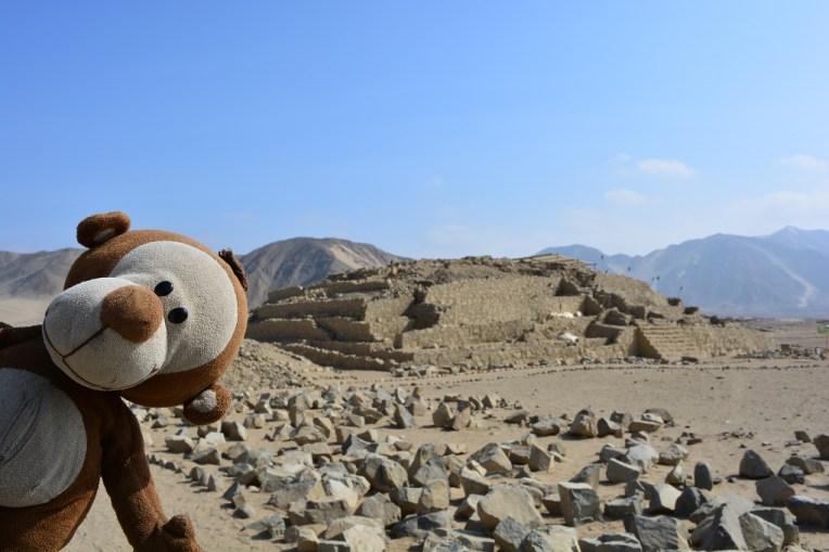 Mucuvinha em frente a uma das pirâmides de Caral