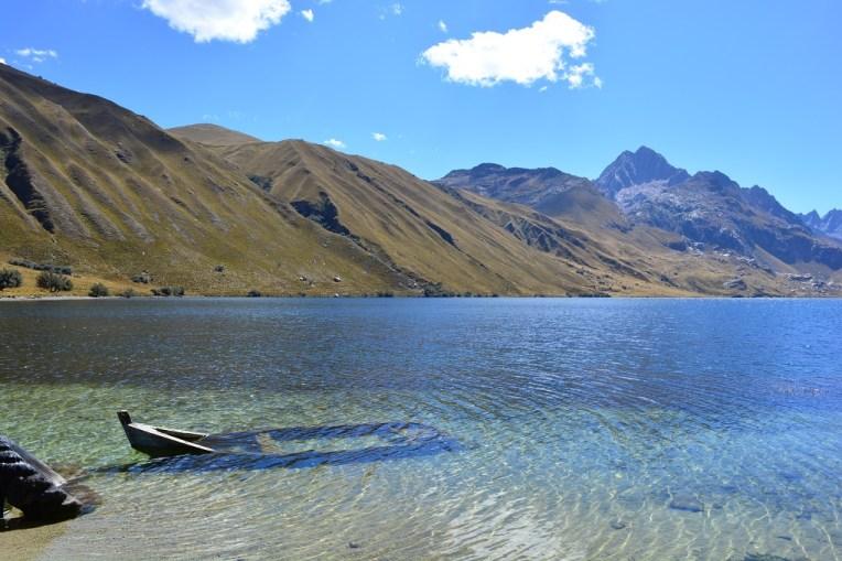 Lagoa com água cristalina em Huascarán