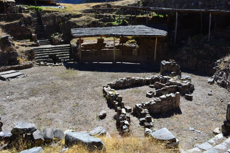 Ruínas de uma praça que, supostamente, teria sido construída pela cultura de Caral.