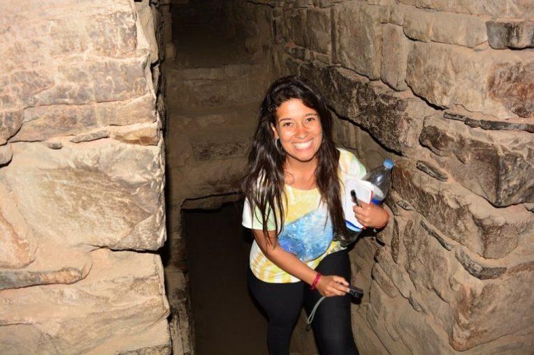 Michele caminhando pelos labirintos subterrâneos de Chavin