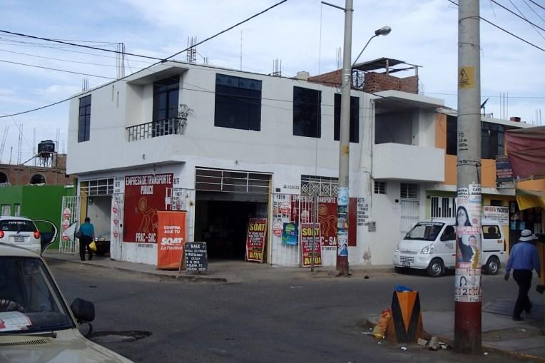 Os táxis coletivos de Nasca para Chauchilla partem daqui