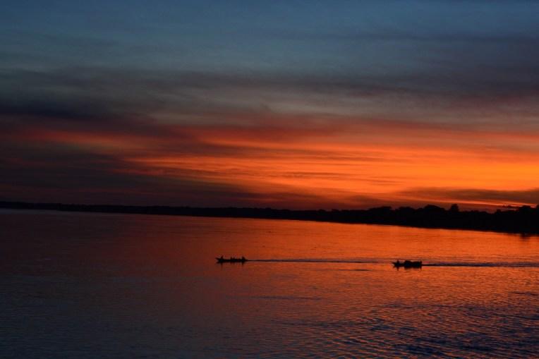 Belíssimo pôr-do-sol na Amazônia