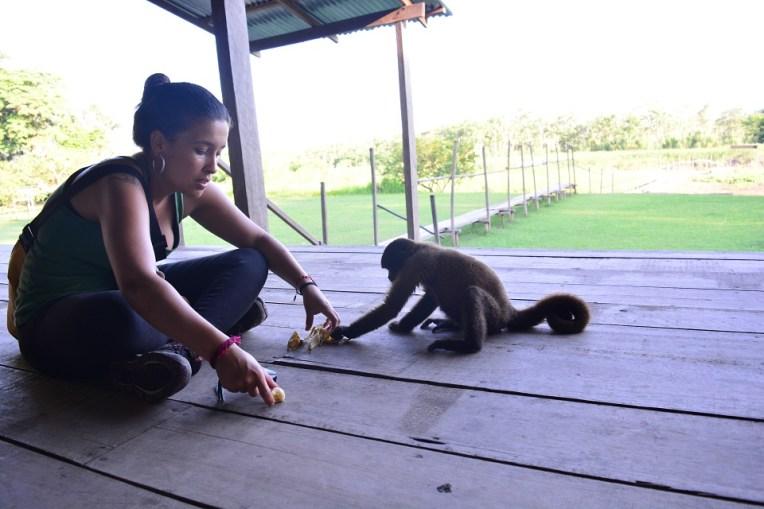 Michele brincando com um macaquinho na Isla de los Monos