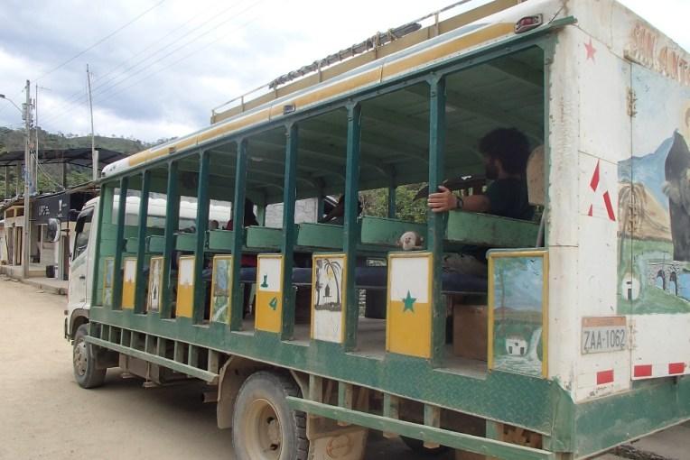 Caminhão equatoriano que leva desde a fronteira La Balsa até Zumba