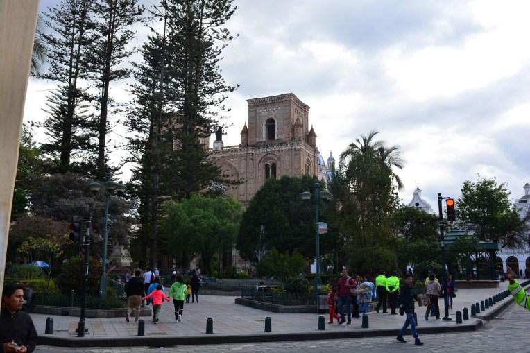 Parque Calderón, com a imensa catedral de Cuenca ao fundo