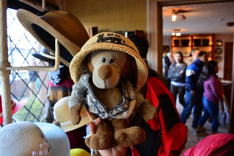 """Mucuvinha provando um chapéu de """"paja toquilla"""""""