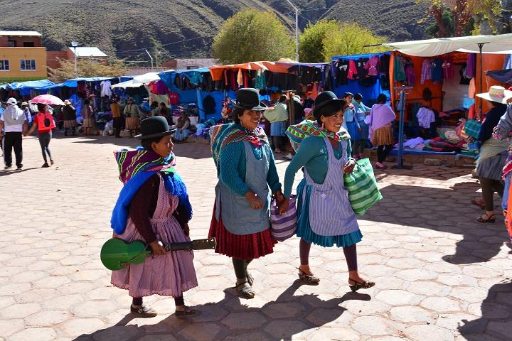 """Foto de mulheres bolivianas. Pode ser vendida somente para """"uso editorial"""""""