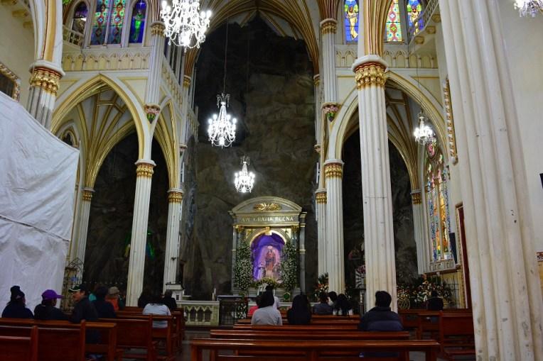 Interior da igreja de Las Lajas, com a rocha do penhasco ao fundo do altar