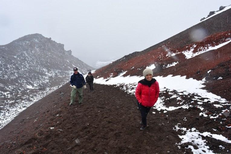 Caminho com neve para o refúgio do Cotopaxi, Equador