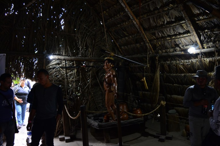 Dentro de uma casa de palha construída por indígenas