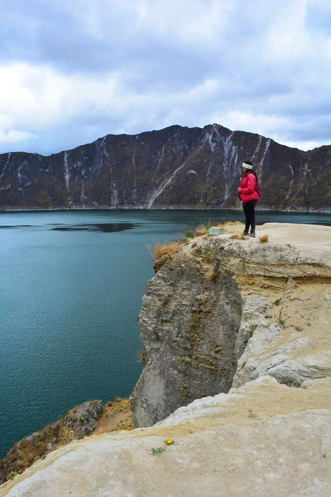 Michele à beira de um barranco na Lagoa Quilotoa