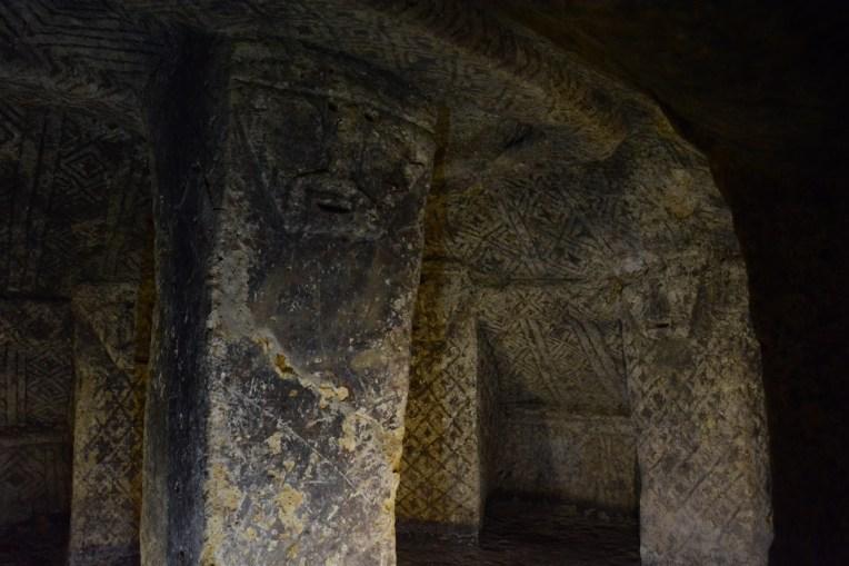Rostos talhados em uma tumba de El Duende