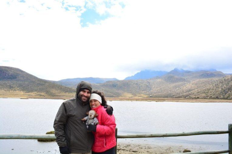 """Na lagoa de Limpiopungo, no Parque Nacional Cotopaxi. Ao fundo, um vulcão extinto, conhecido como """"cara de pedra""""."""