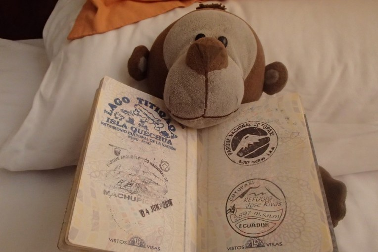 Mucuvinha com o carimbo do Cotopaxi no passaporte