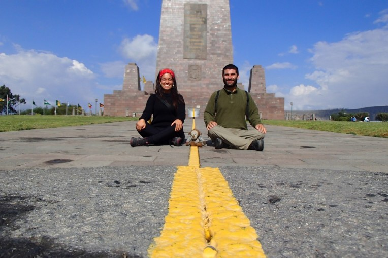 Nós em frente ao monumento da Mitad del Mundo, Quito