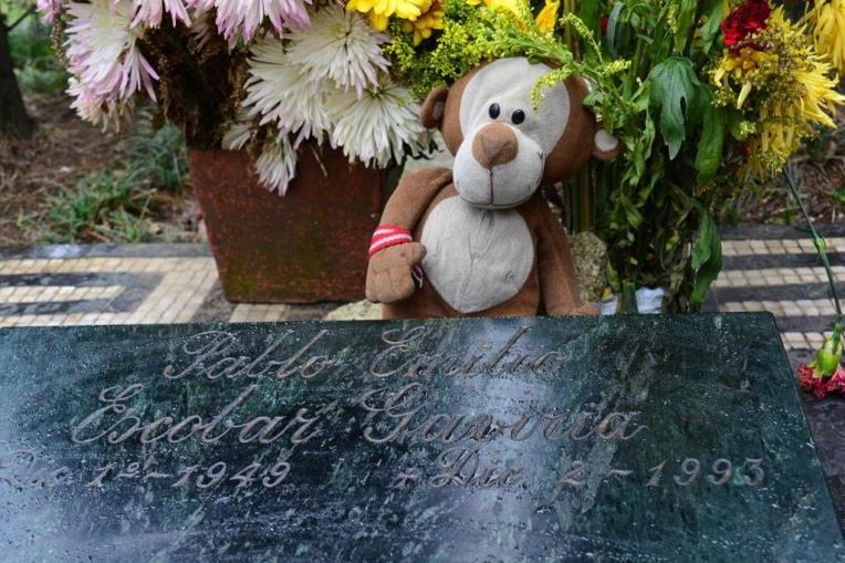 Mucuvinha na lápide de Pablo Escobar