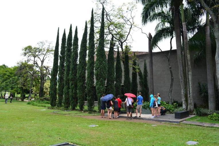 Turistas visitando o túmulo de Pablo Escobar em um tour guiado.