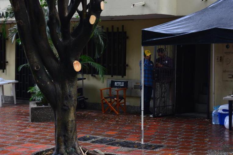 Equipe de filmagem da Netflix na vizinhança onde morreu Pablo Escobar