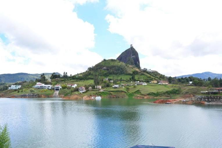 Bela vista de Piedra del Peñol, a partir da ponte.