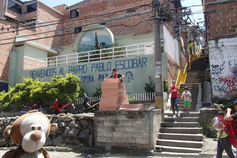 Mucuvinha na entrada do bairro Pablo Escobar