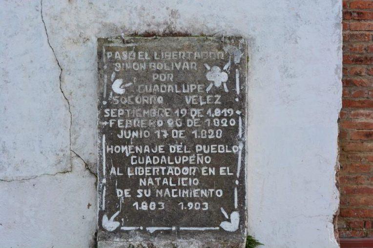 Placa em homenagem ao libertador Simón Bolívar, que passou pela cidade durante sua luta pela independência