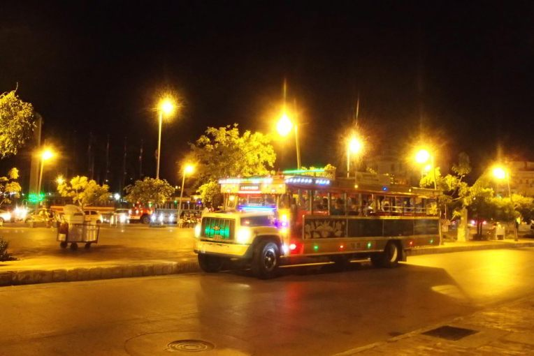 Chiva rumbera na noite de Cartagena
