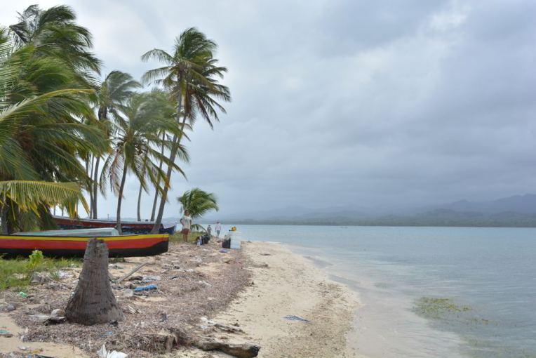 Praia de San Blas cheia de lixo