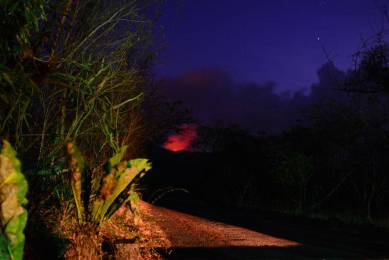 Luz vermelha saindo da cratera do vulcão Masaya