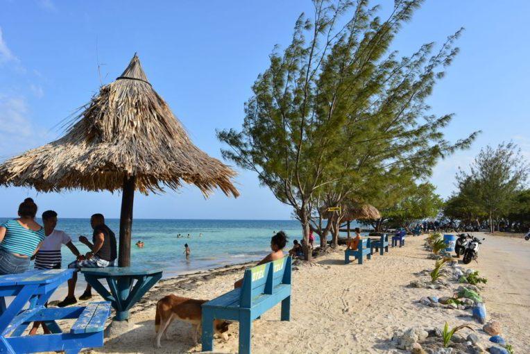 Praia pública de Utila