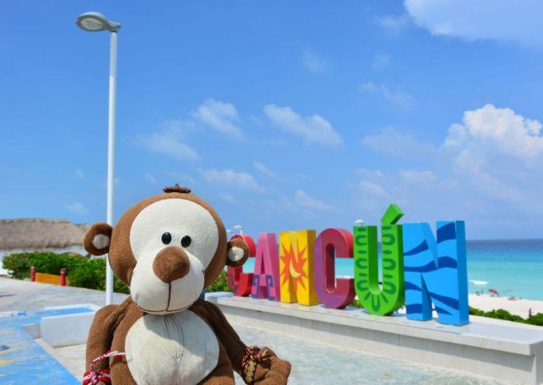 Mucuvinha no letreiro de Playa Delfines, em Cancún