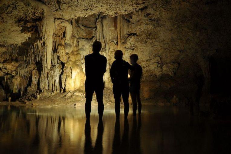 Explorando as grutas do Rio Secreto