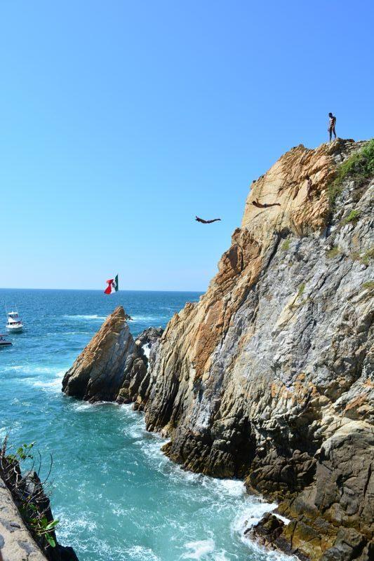 Clavadista saltando em La Quebrada, Acapulco